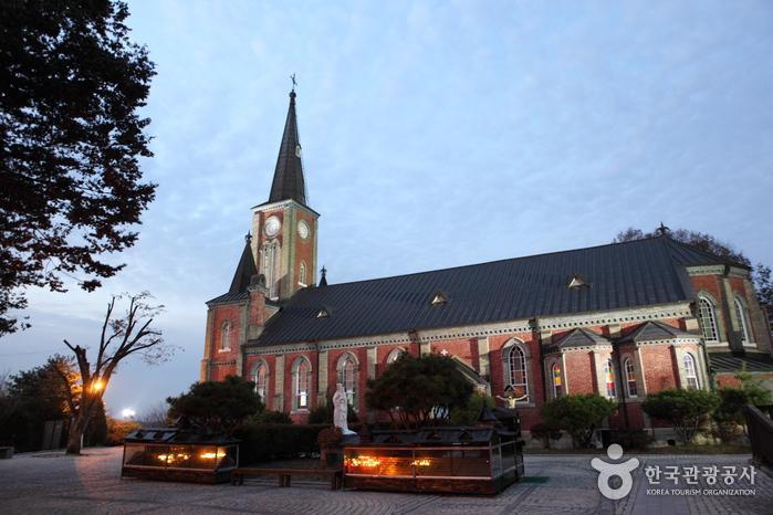 붉은 벽돌로 지은 고딕식 건물이 아름다운 감곡매괴성모순례지성당