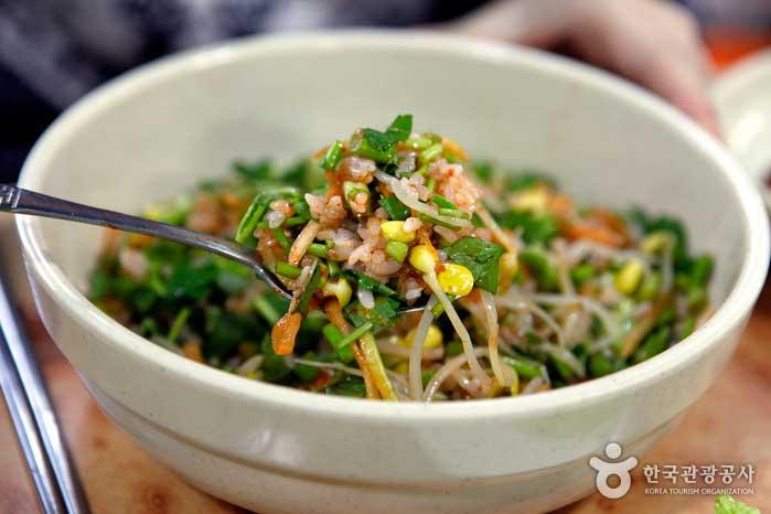 미나리가 듬뿍 들어간 미나리비빔밥