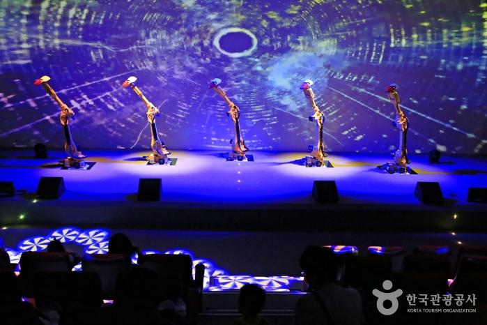 차이콥스키의 발레모음곡 <백조의 호수 >에 맞춰 춤을 추는 로봇