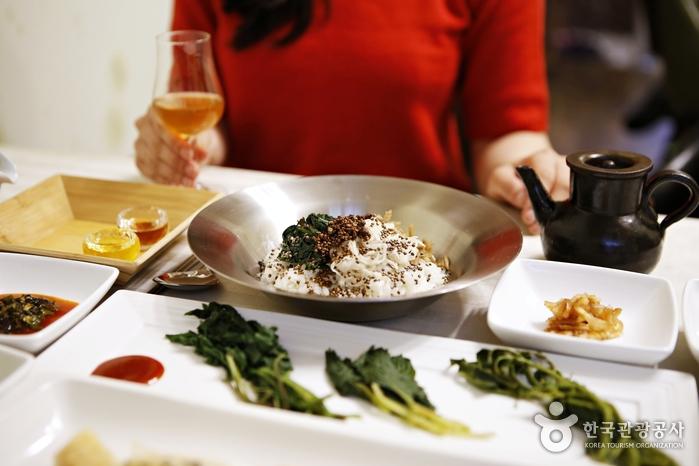 제철 산나물 향을 느낄 수 있는 고운비빔밥