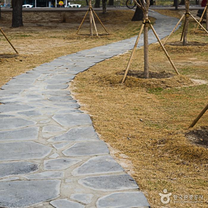의암공원 주차장과 산책로 사이 박석