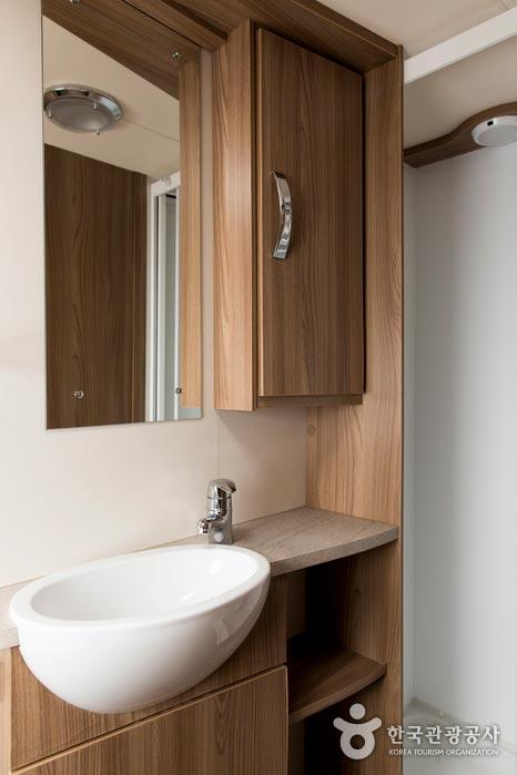 카라반 안에 구비된 화장실