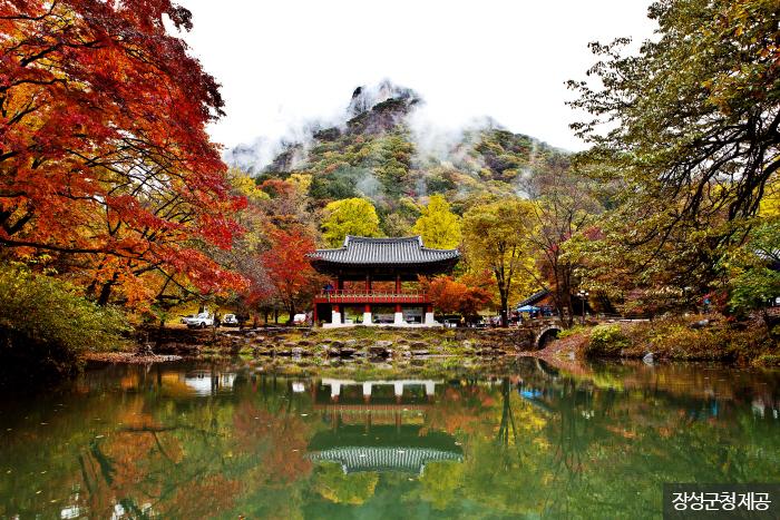 가을이 내려앉은 백양사 쌍계루. <사진제공: 장성군청 >
