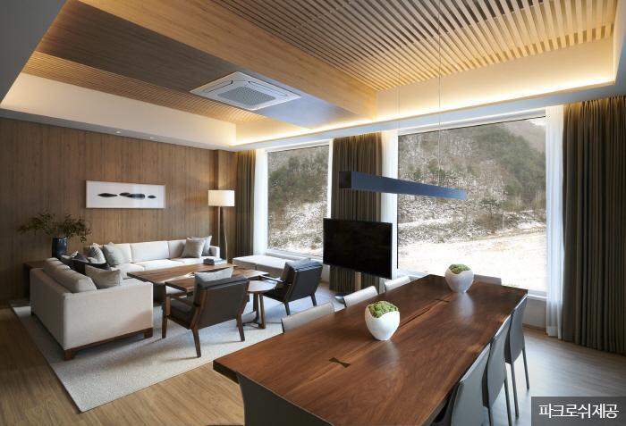 넓은 테라스가 있는 최고급 객실 '가리왕 스위트'. <사진제공: 파크로쉬 >
