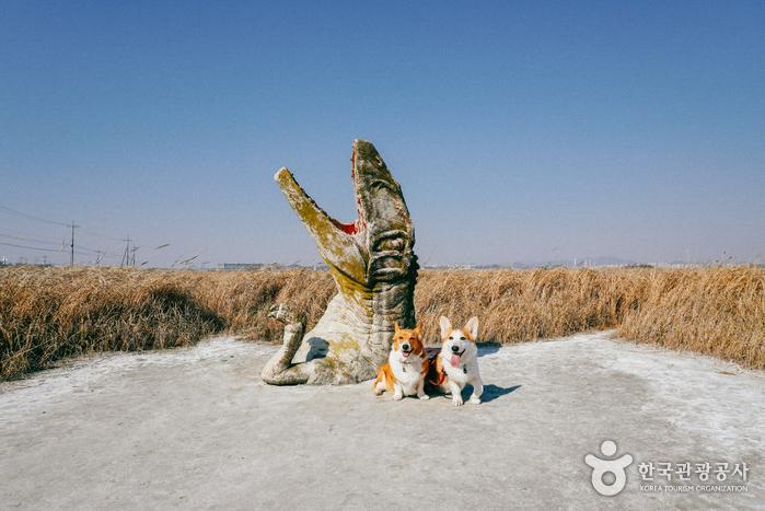 입구에서 만날 수 있는 재치 있는 공룡 모형 사진스팟