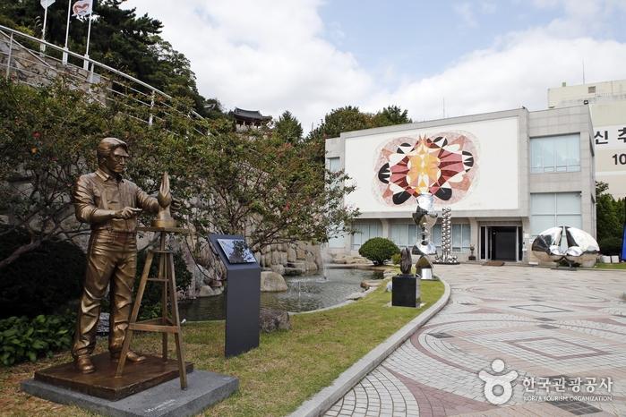 작가의 동상과 조각 작품이 놓인 야외 전시장
