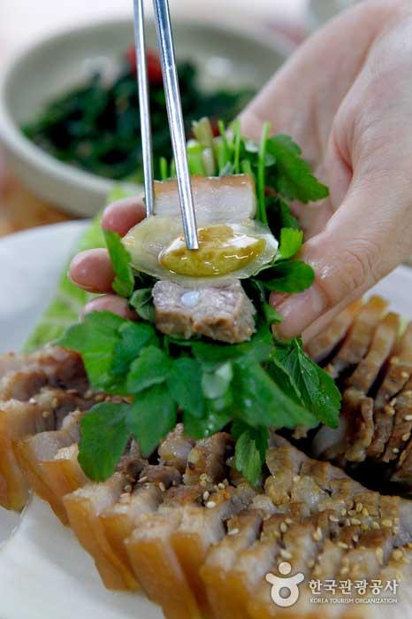 수육에 직접 담근 생강, 마늘장아찌를 얹은 미나리쌈밥