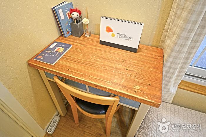 침실에 있는 예쁜 1인용 책상