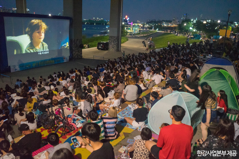 한강에서 보는 영화 한 편은 여름밤의 낭만을 더한다. <사진제공 : 한강사업본부 >