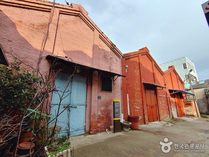 목포근대역사문화공간 가운데 용궁장 안쪽에 자리한 목포 해안로 붉은 벽돌창고
