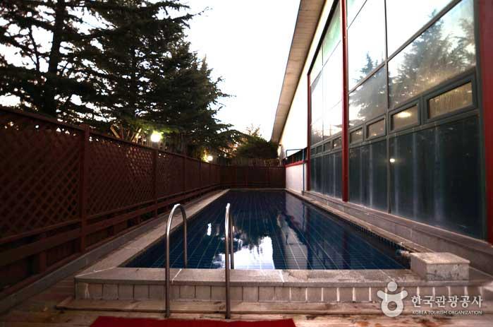 여름에는 노천 수영도 즐길 수 있다
