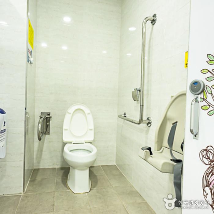 의암공원 장애인화장실(오른쪽 건물) 내부
