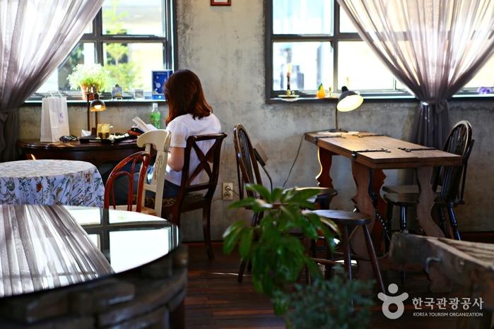 고풍스러운 분위기에서 빵과 커피를 즐길 수 있다.