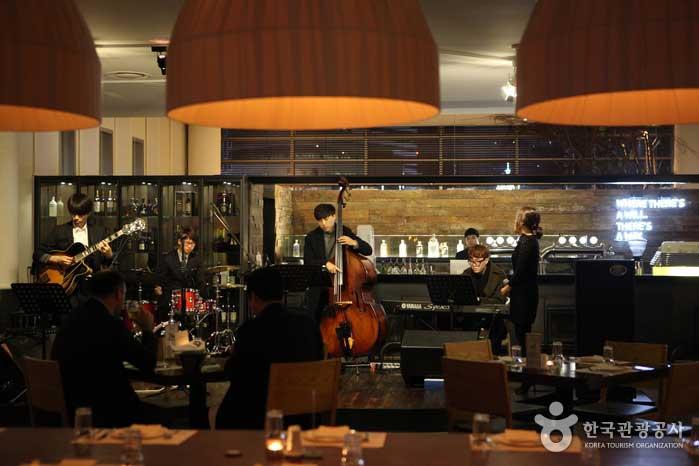 재즈와 야경을 함께 즐기는 2층 레스토랑