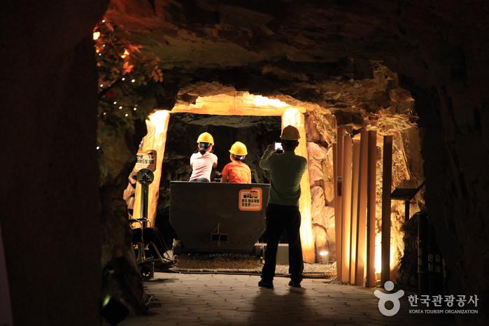 동굴역사관에서 체험 중인 아이들