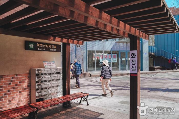 북한산둘레길 입구옆에 화장실이 배치되어있다.
