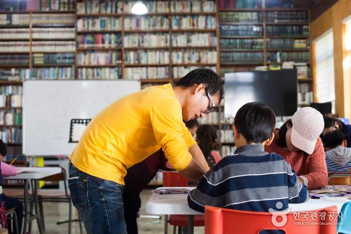 책 만들기를 돕는 윤동호 체험팀장