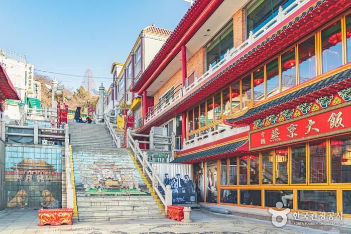 중국풍의 건물과 그림, 조형물을 쉽게 접할 수 있는 차이나타운
