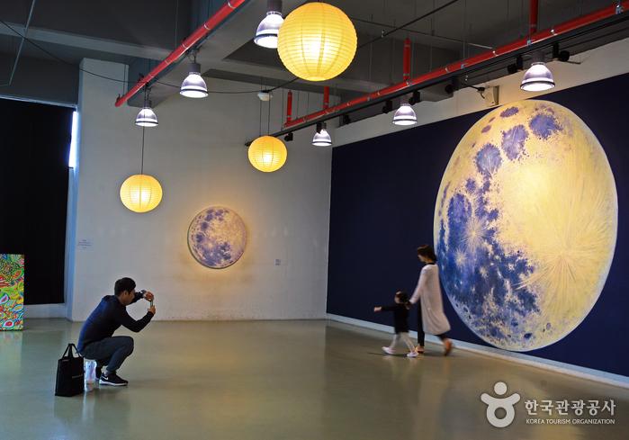대구예술발전소의 moon flower에서 사진을 찍고 있는 가족