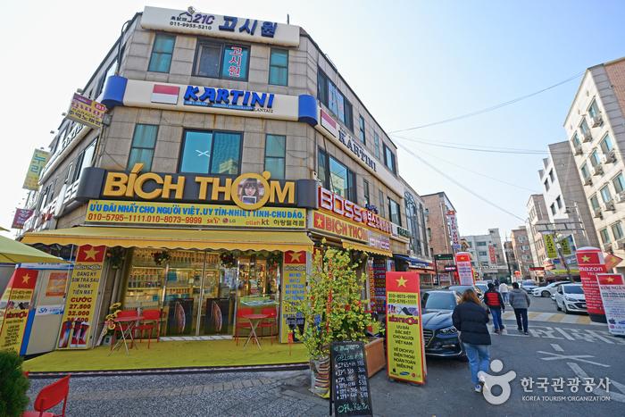 안산다문화마을특구에는 현지어를 크게, 영어와 한국어를 작게 써넣은 간판이 많다.