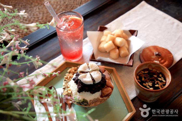 한훤당고택은 예쁜 한옥 카페로 유명하다.