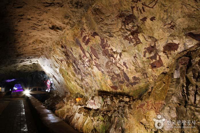 동굴 벽에 재현한 반구대 암각화