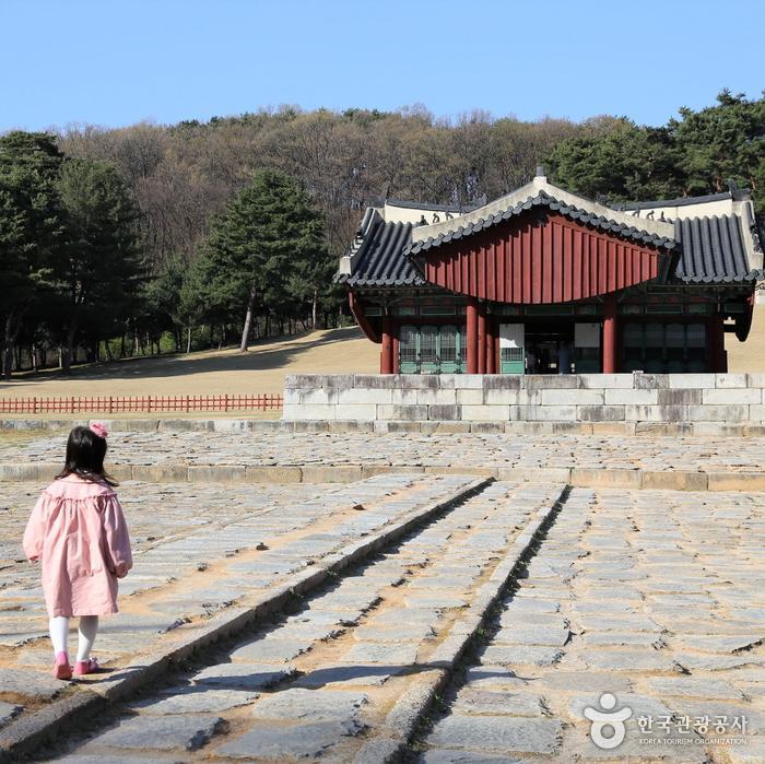 융릉 향로와 정자각