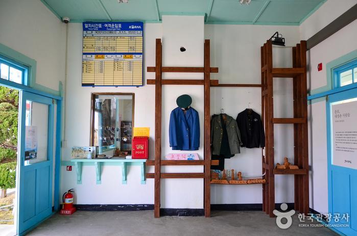 옛 모습 그대로 전시 공간이 된 춘포역 내부