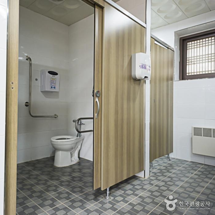 김유정이야기집 부근 장애인화장실