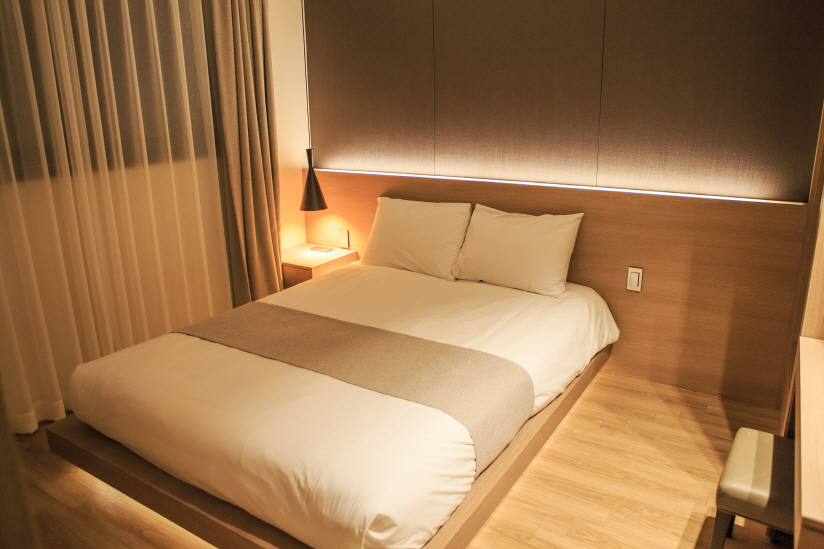 새로 단장한 덕구온천리조트 콘도 객실. 넓고 아늑해 잠이 솔솔 온다.