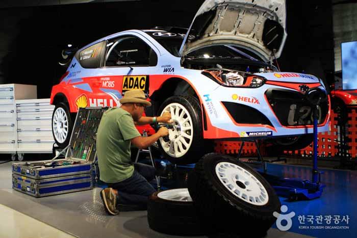 정비 공구를 이용해 자동차 타이어를 교체해볼 수 있다