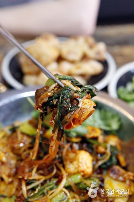 볶음 요리인 마라샹궈는 아삭한 채소가 많이 들어갈수록 씹는 맛이 좋다.