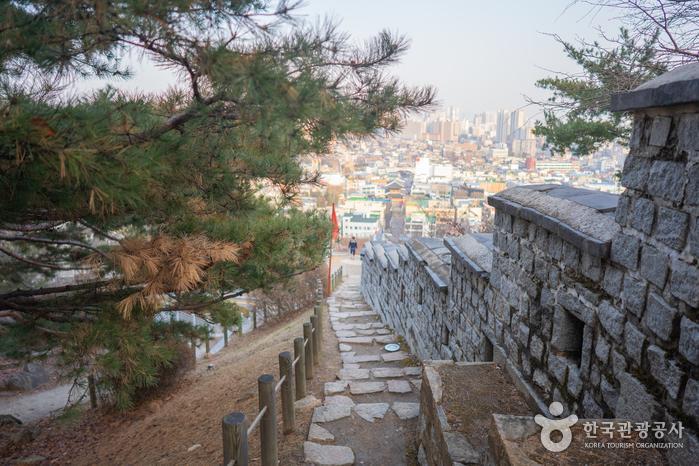 성곽길을 따라 난 계단길