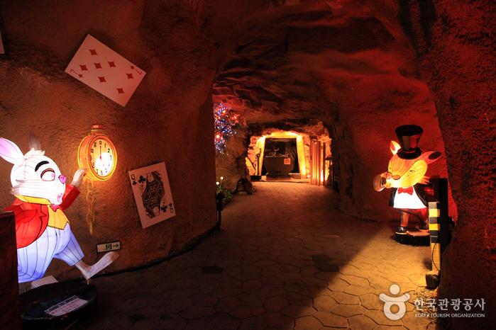귀여운 동물 모형들이 동굴을 밝힌다.