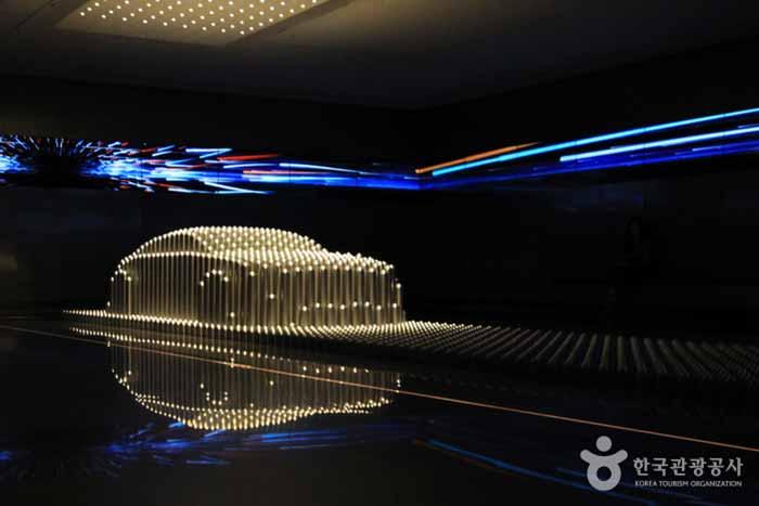자동차 디자인의 중요성을 보여주는 알루미늄 기둥 공연