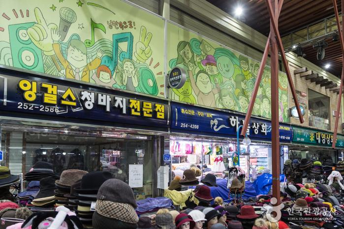 곳곳에 개성 넘치는 그림이 있는 춘천낭만시장