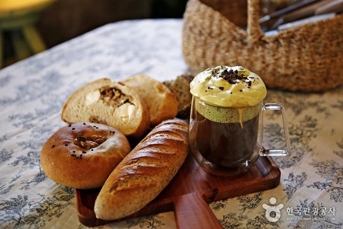 단맛이 거의 없는 빵들은 달콤한 지리산비엔나와 잘 어울린다.