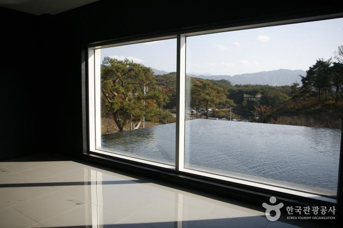 갤러리 창밖 지리산 풍경