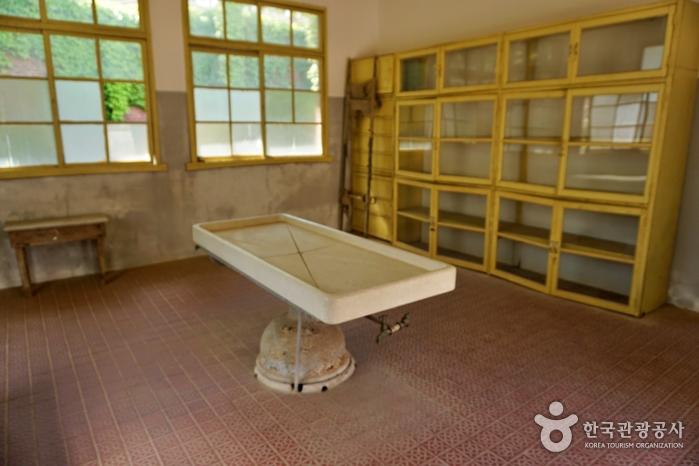 소록도 중앙공원에 있는 검시실. 이곳에서 망자 의사와 상관없이 시체를 해부했다.