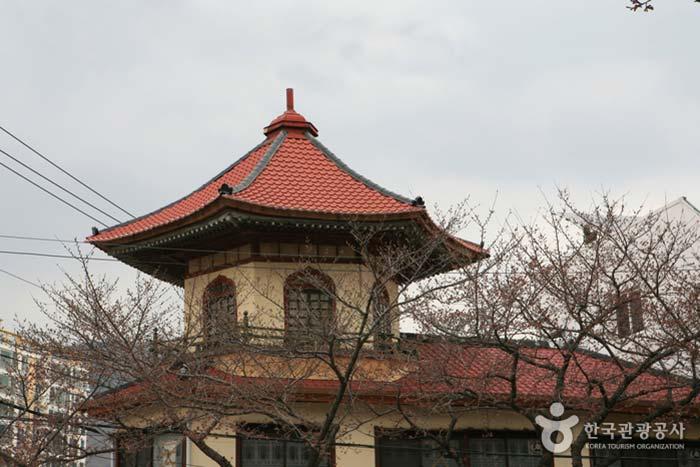 지붕이 뾰족하여 '뾰족집'이라고도 불린다