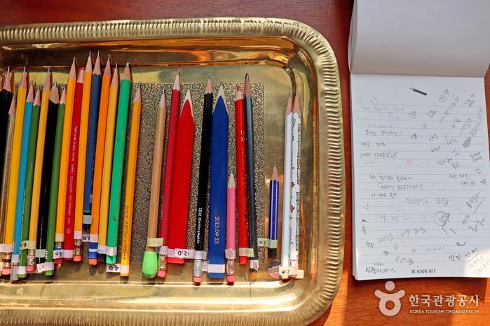 연필을 직접 써보고 구매할 수 있다.