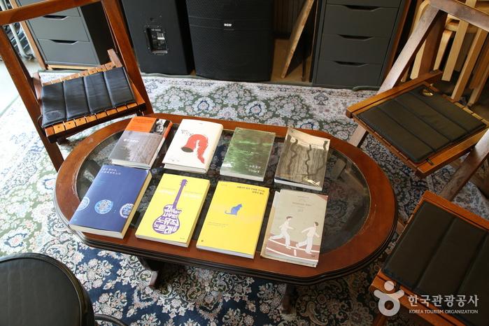가운데 테이블에 놓인 음악 관련 서적들