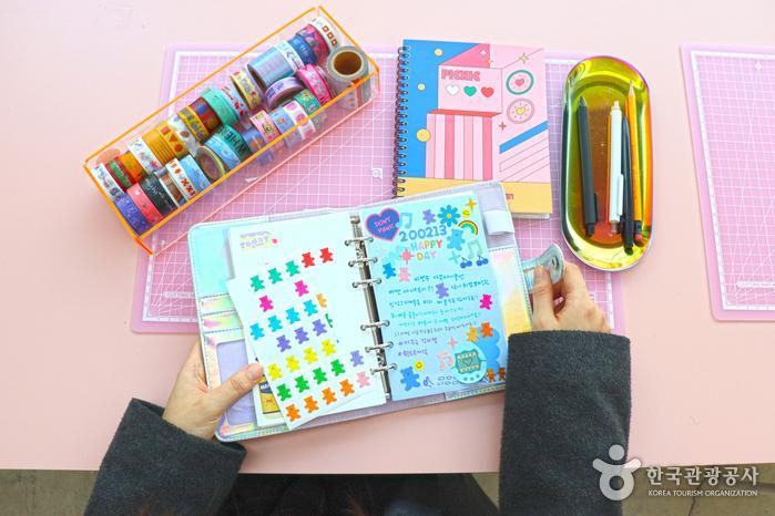 펜, 마테, 인스 등 재료가 준비되어 있는 다꾸존. 곰돌이 스티커는 이번 달 신상품이다.