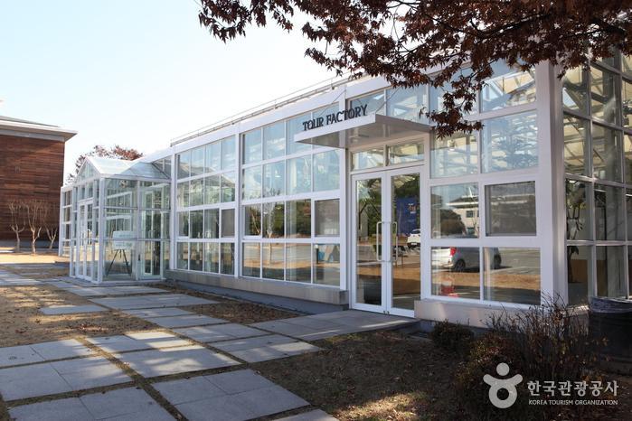 초록이 가득한 공간에서 쉬고, 정보를 얻고, 체험할 수 있는 흥미진진한팩토리투어센터