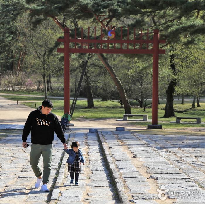 어로를 걷는 아이