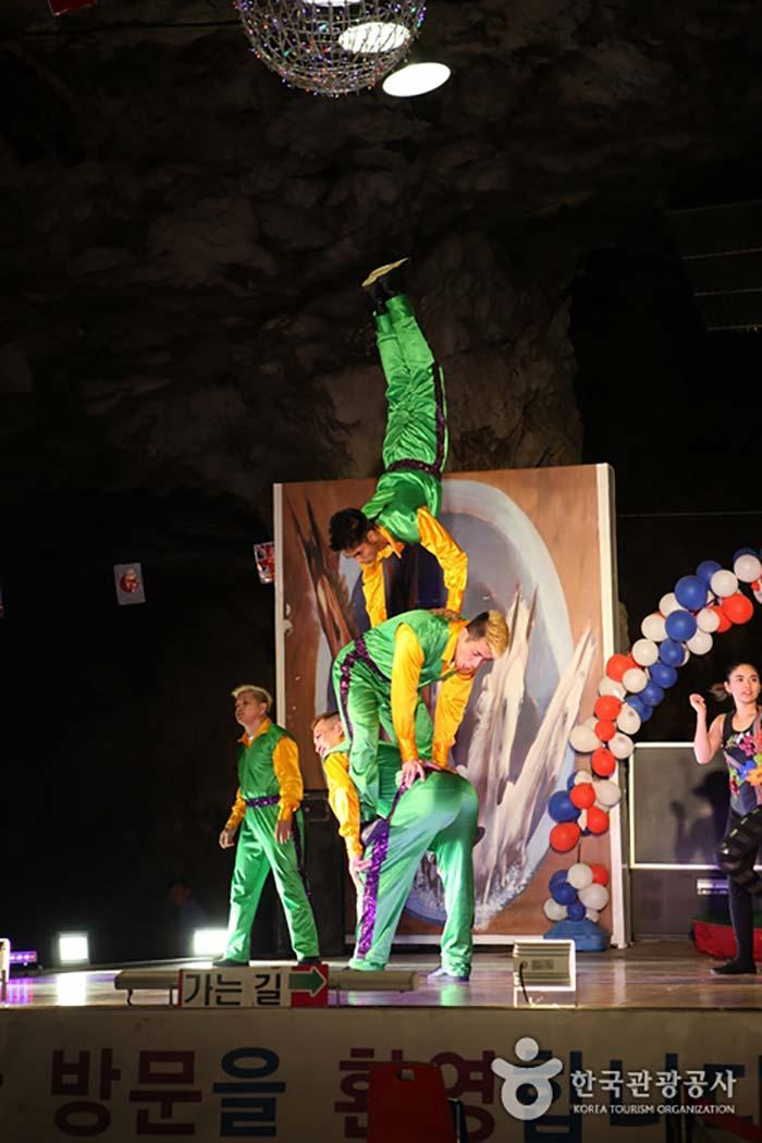 필리핀 기예단의 스릴 넘치는 공연