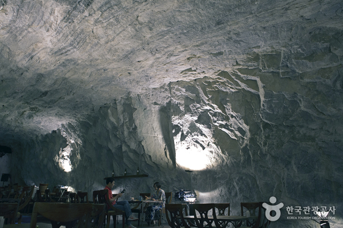 동굴 속에 조성된 카페 까브