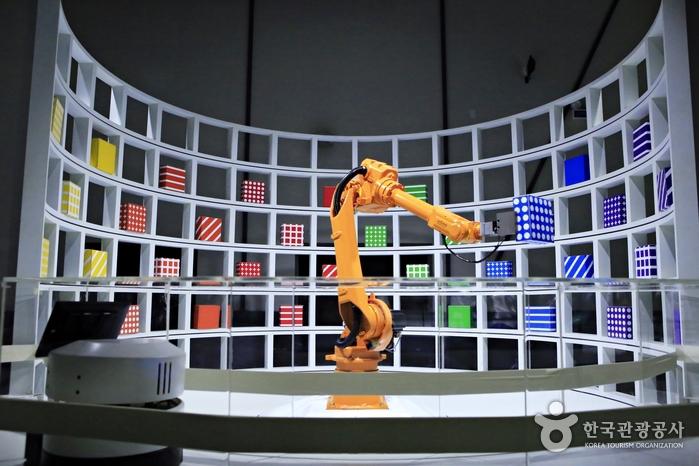 모니터에서 물건을 고르면 주문로봇이 해당 모양과 색깔을 인식해 가져다준다.