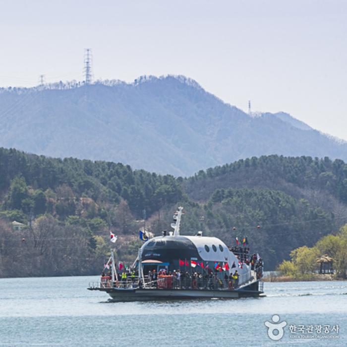남이나루와 가평나루를 오가는 배