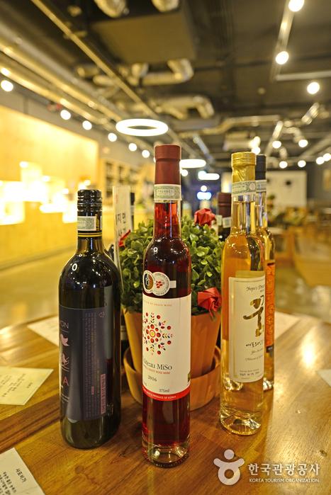 와인체험관에 전시된 영동와인